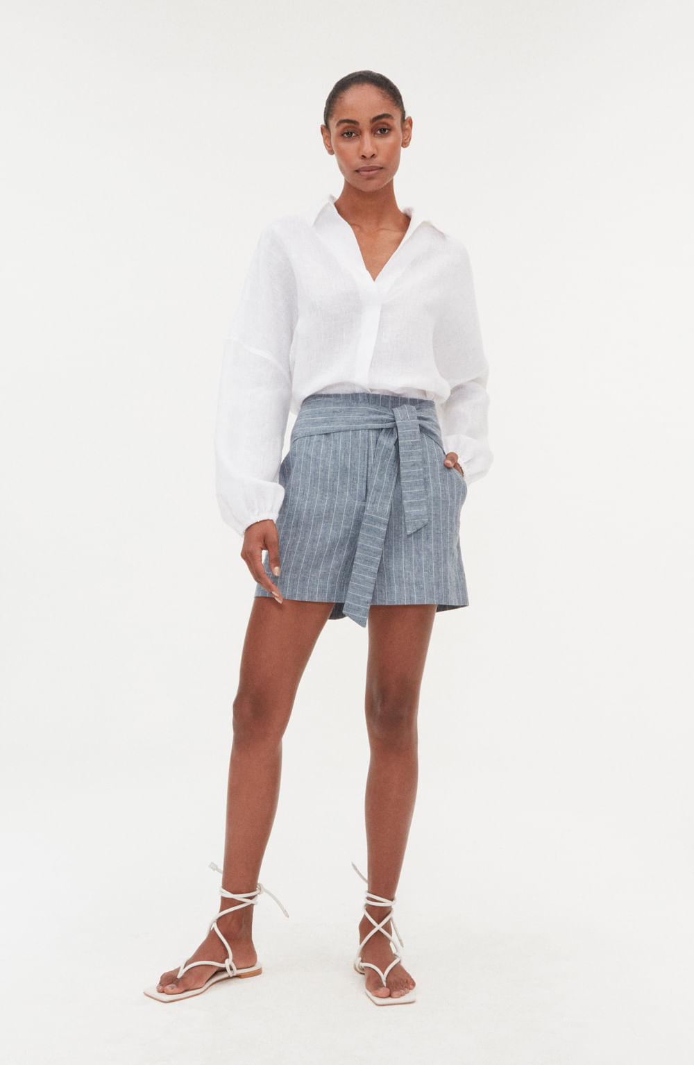 shorts azul risca de giz com amarração frontal