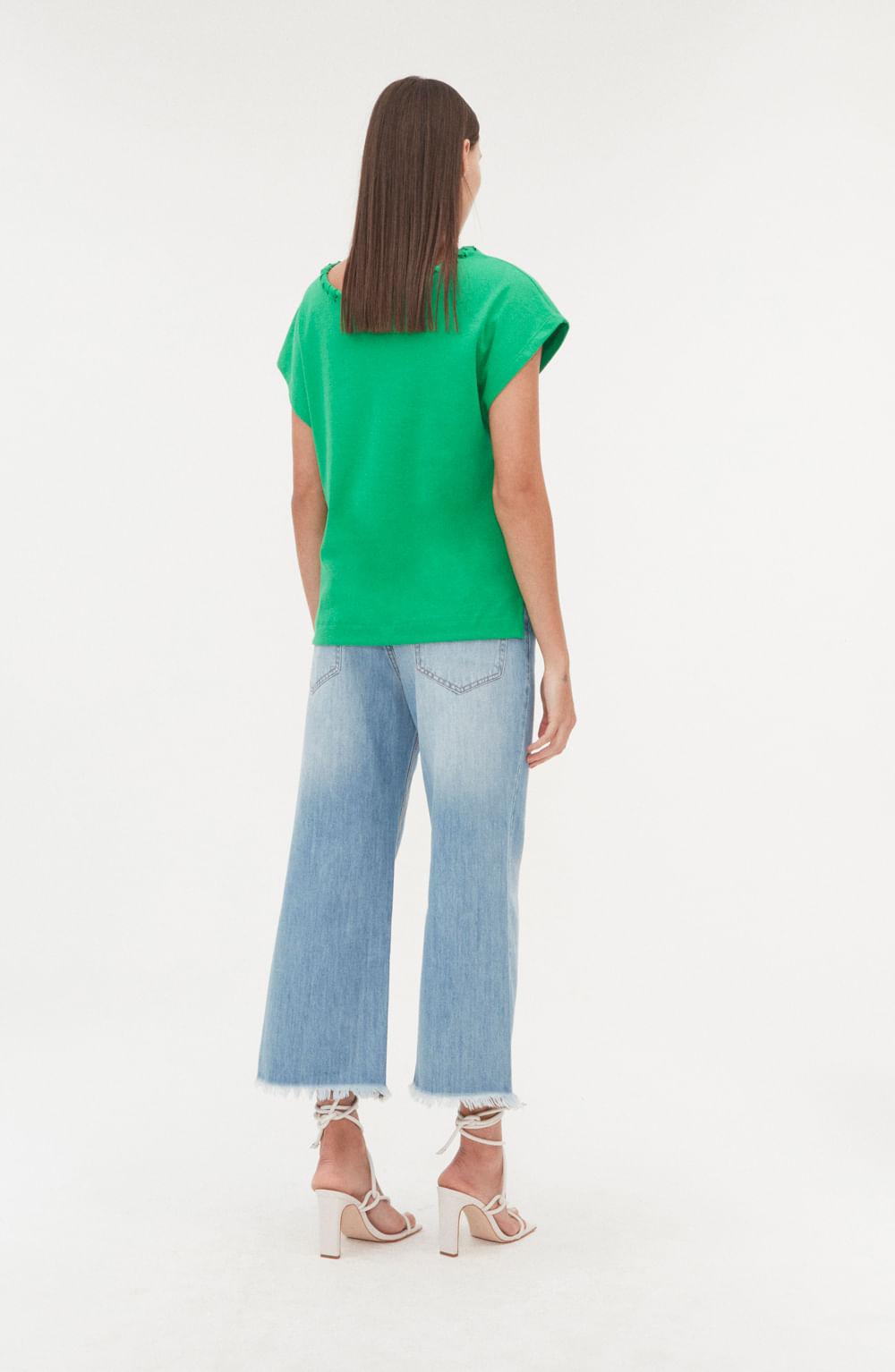 camiseta verde em malha manga curta com detalhe no decote