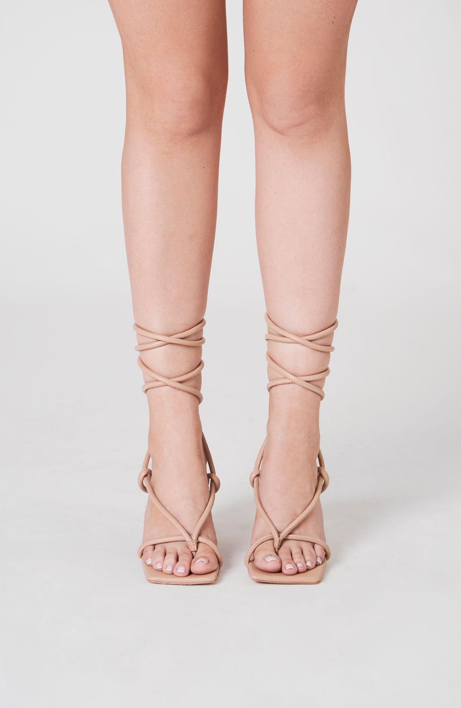 sandália de salto com tiras