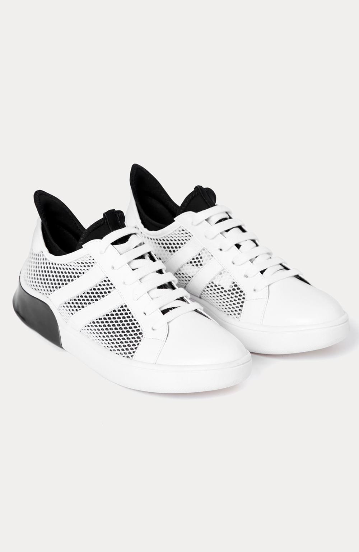tênis branco e preto soft com detalhe na lateral