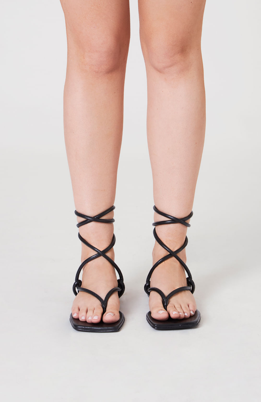 sandália rasteira tiras trançadas