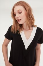cori-camiseta-gola-v-preta-branca-0584314-3