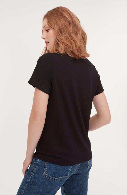 cori-camiseta-gola-v-preta-branca-0584314-4
